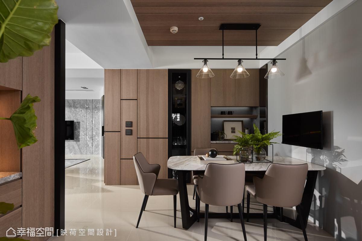 雖然是現代風格,但以白色為基底,再以大量的米黃色鋪陳出暖調空間氛圍,例如木作天花、櫥櫃及地板,餐廳灰色主牆為跳色。