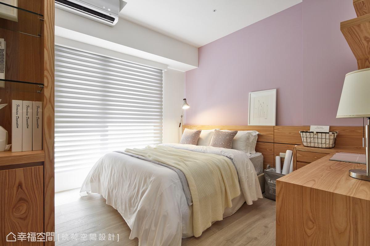 由於二個孩子還小,因此次臥規劃成孩子的睡眠區域,運用藕紫粉色系主牆及木色搭配,營造柔和舒適的空間氛圍。