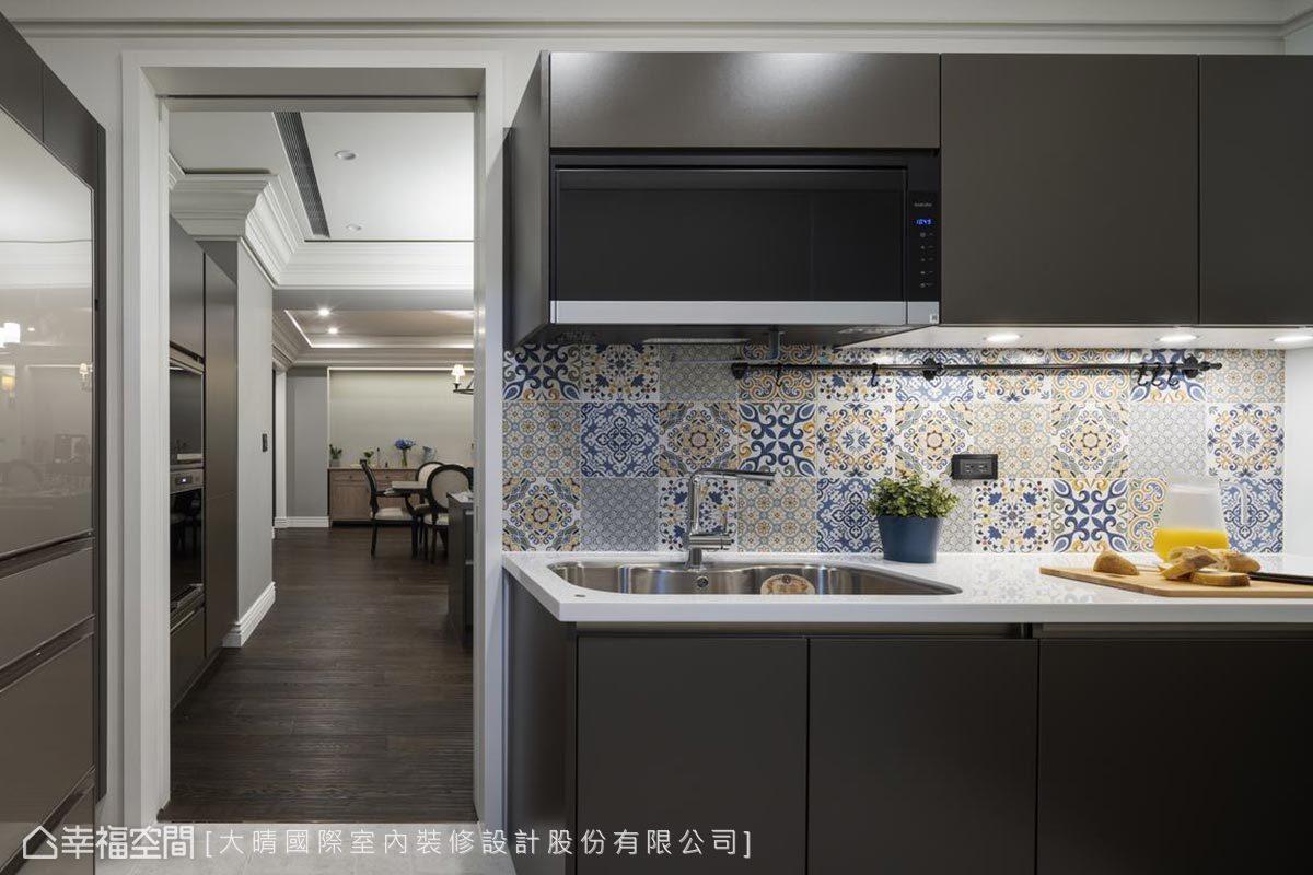 廚房流理台牆面,貼上了花磚,讓每次料理時也能充滿雀躍的好心情。