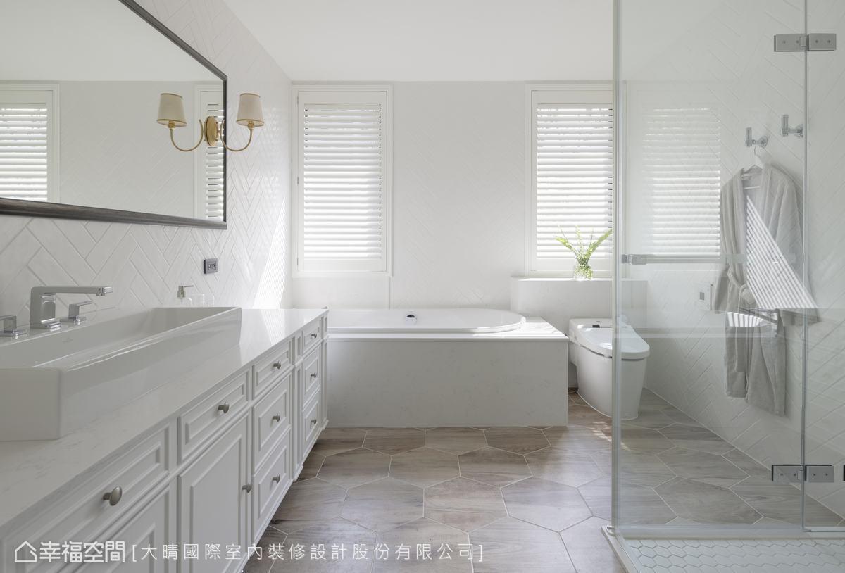 典雅的白色線板收納櫃,與百葉窗所投射的光影,形成有趣的對比呼應,六角地磚則妝點了繽紛的律動感。