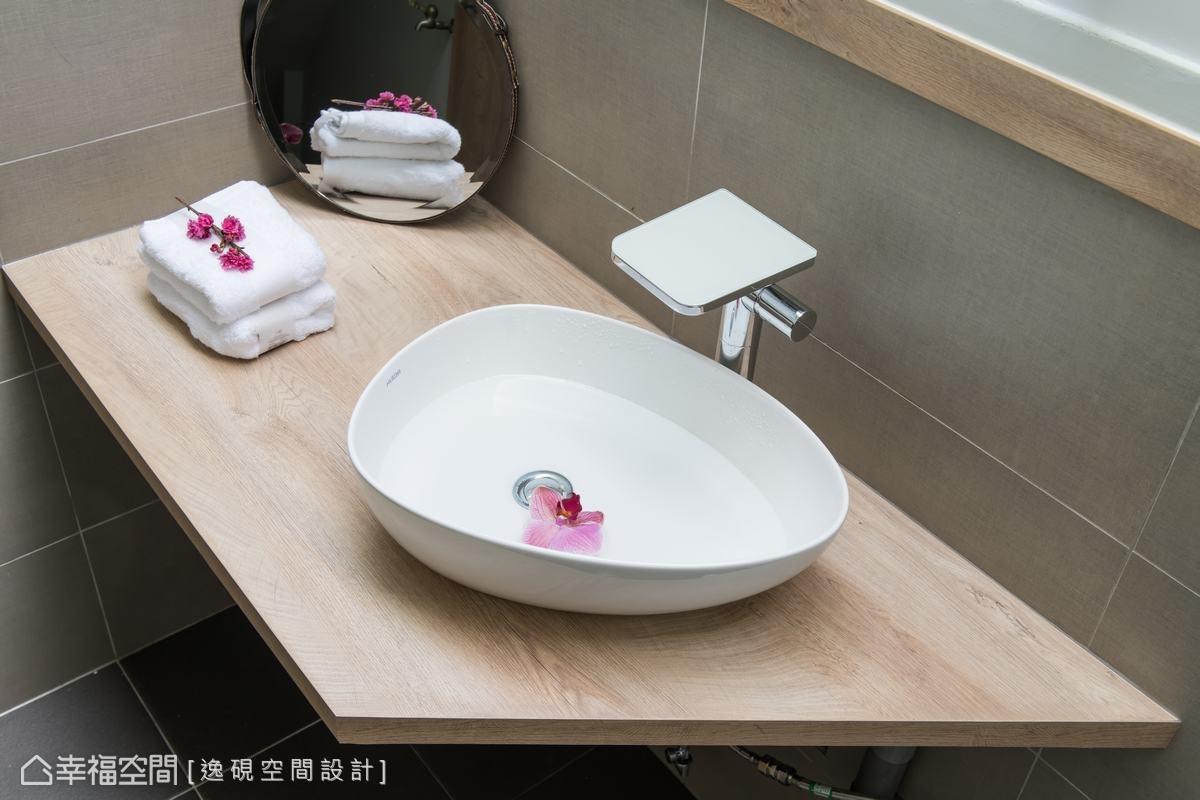 進口造型水龍頭流洩出有如瀑布般的水流,傾倒至淺碟的洗臉盆,連洗手都有股不言而喻的美感。