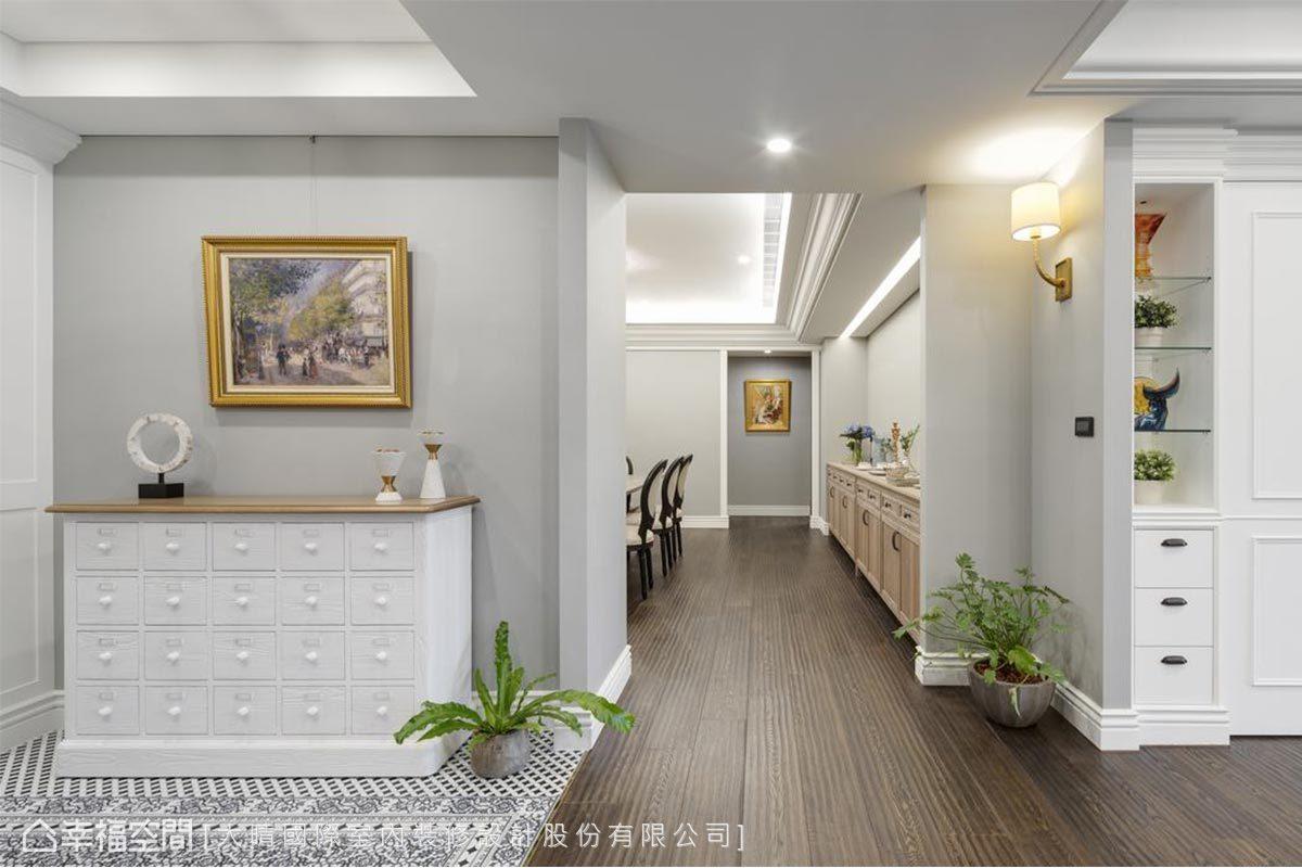 長長的廊道劃分了玄關、客廳及餐廳三個空間,設計師在這三處融入西方建築裡的翼牆設計,明確界定空間的方向,也平衡空間的軸線。