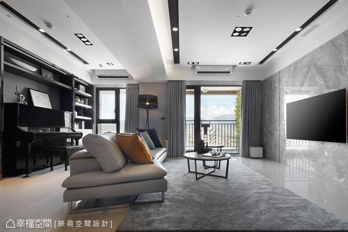 因應室內樑位較低的問題,映荷空間設計團隊採用高低差天花板設計手法做修飾,讓樑位也變成一種設計巧思,而電視牆上方的天花更隱藏自動升降的前置喇叭。
