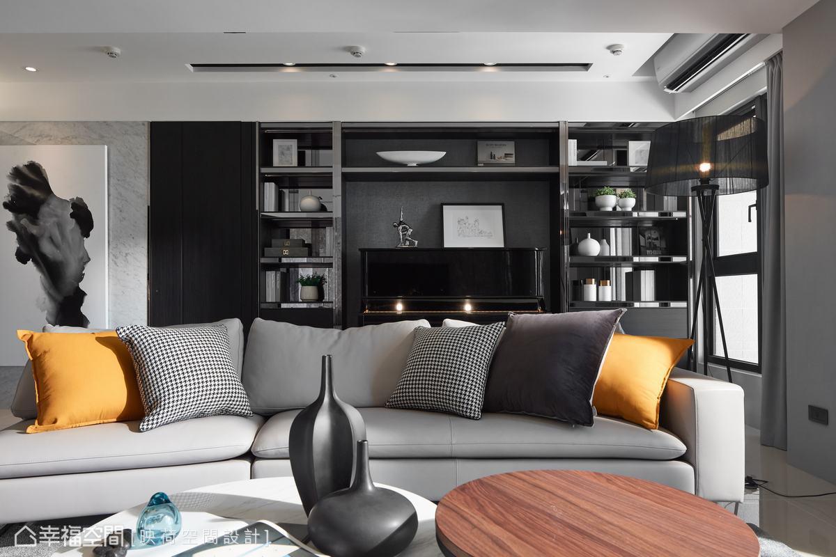 將原本的書房去除,移給主臥及客廳使用。透過展示櫥櫃的整合,把主臥門片隱藏,也將鋼琴嵌入沙發背後的廊道,成為開放式琴房。