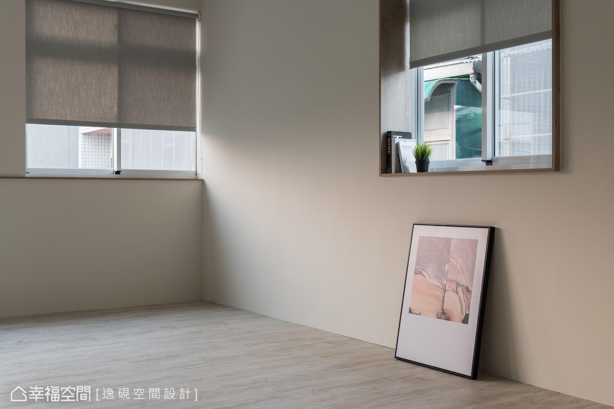 頂樓規劃為辦公室使用,特別將木板隔層加厚,防止頂樓鐵皮室內悶熱,並在窗台以深色木材設計裝飾,增添造型感。