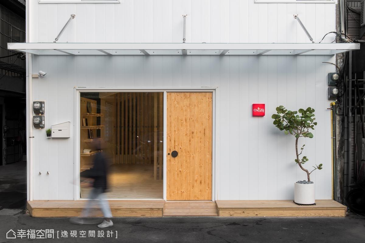 以白色鐵皮為20年老屋,重新換上新裝,簡單潔白的清新感,令人耳目一新。