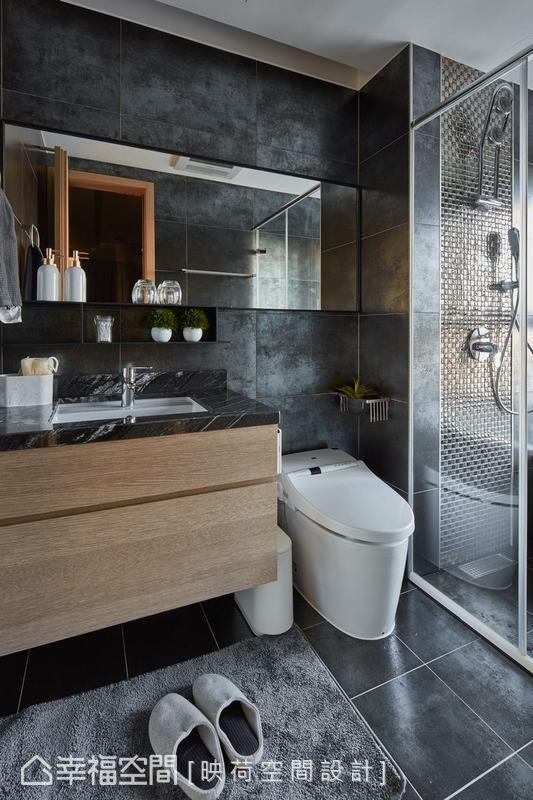運用不同灰色調的金屬磚材質,打造時尚感的主臥衛浴,在不同光影照射下讓空間折射不同面貌,並增加木作櫥櫃及鏡櫃設計增加收納機能。