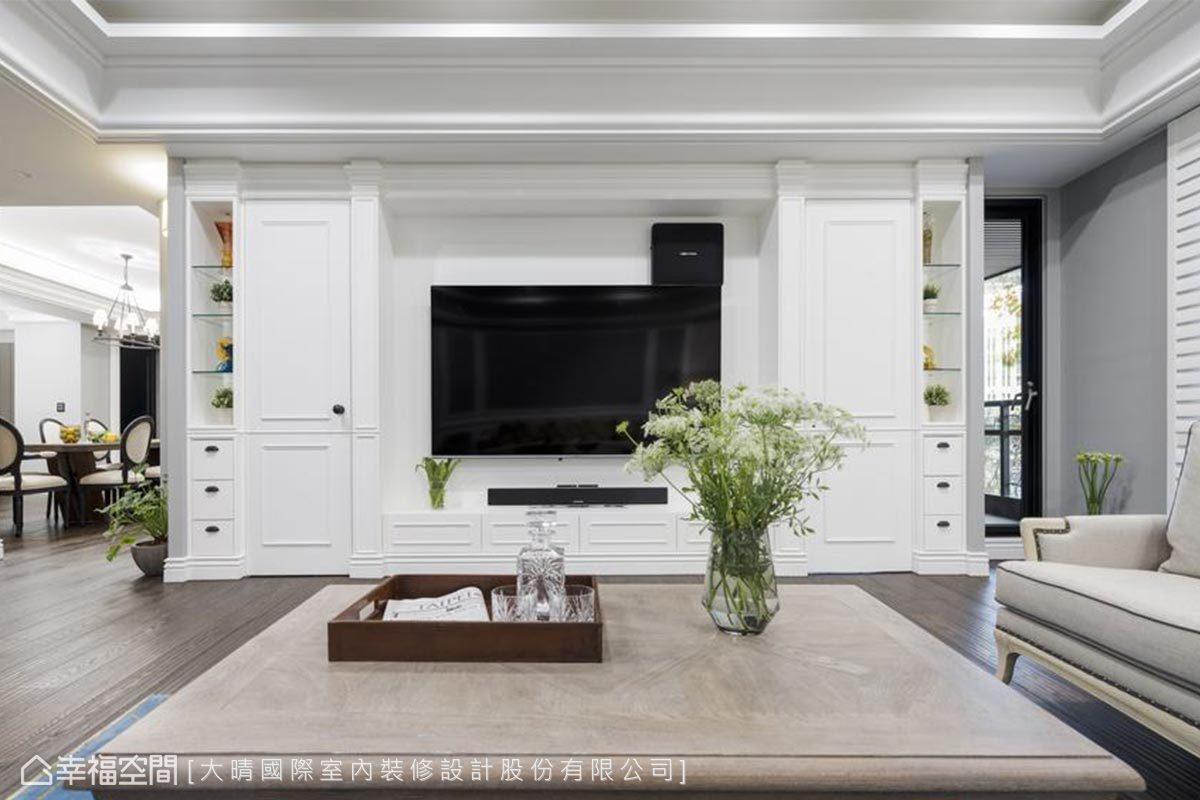 對稱的白色電視牆線板,左右各藏了巧思,左邊作為機櫃使用,右邊的門後則是一處極具隱私性的書房空間。