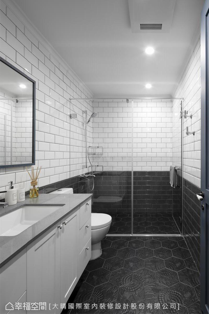 黑白對比的客用衛浴,形塑簡約質感,仔細一瞧地面上是復刻西班牙高第地磚,藝術作品也能呈現在日常的生活中。