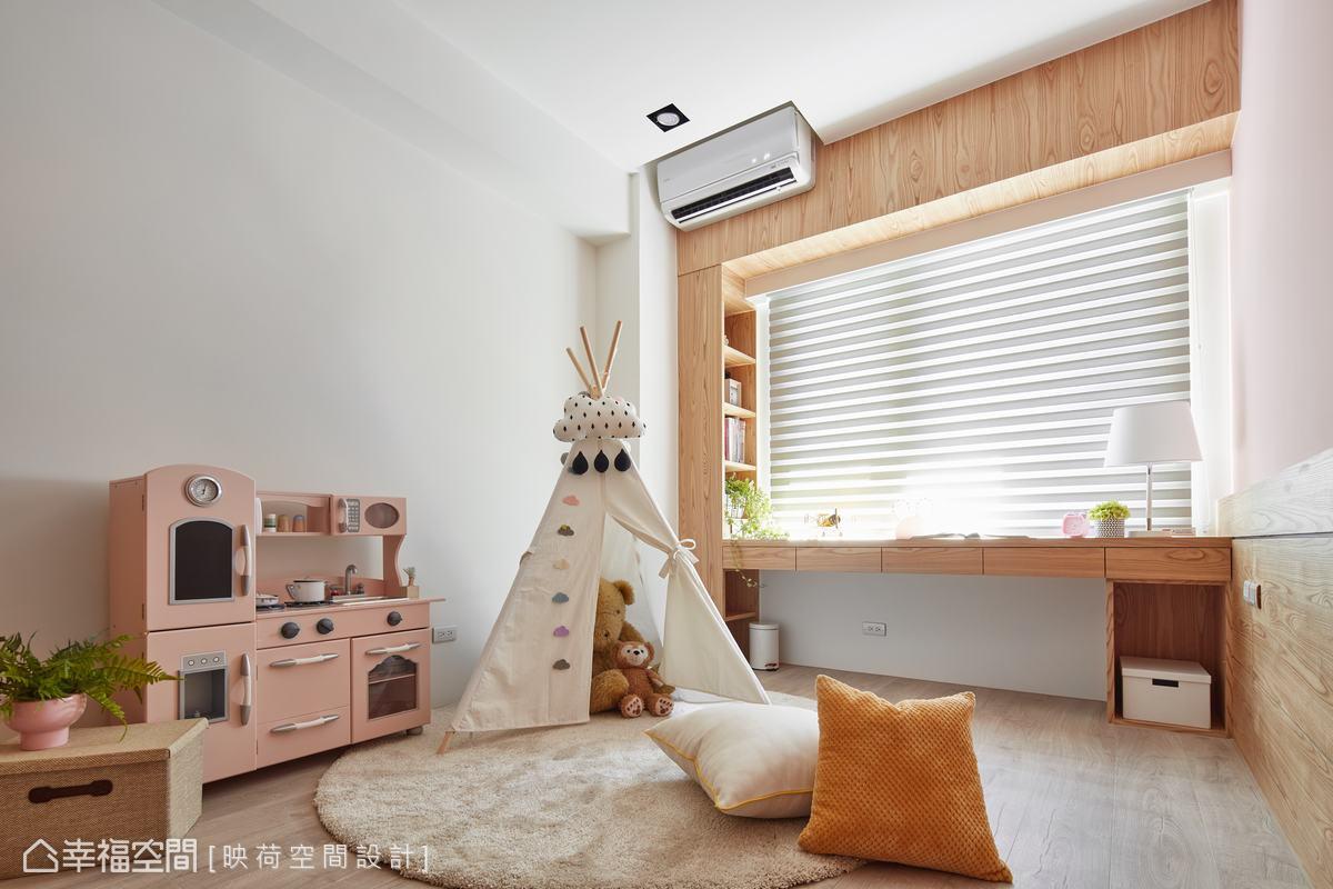 另一間房間則規劃成孩子的遊戲空間,但顧及未來孩子長大獨立分房,因此先將書桌及床頭板預留規劃。