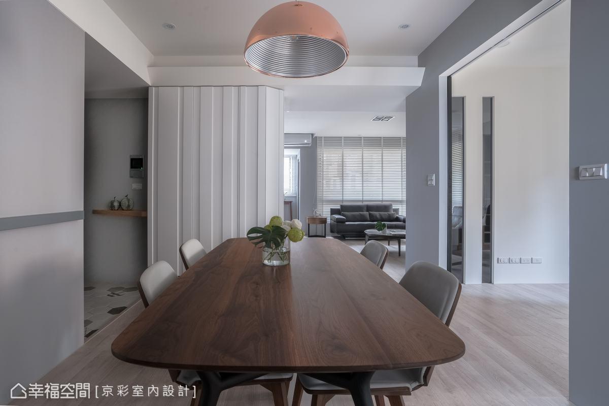 在簡約的空間中,添入大量木質元素,並藉由柔和光線彰顯若隱若現的深淺紋理。