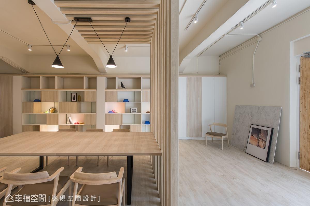 淺色木質的木格櫃,展示架,提升空間美感,也減輕大量櫃體產生的壓迫感。