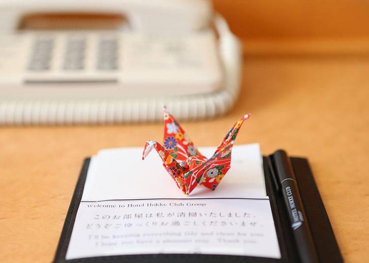 手作紙鶴代表著暖心款待,而且每隻紙鶴的花色都不一樣