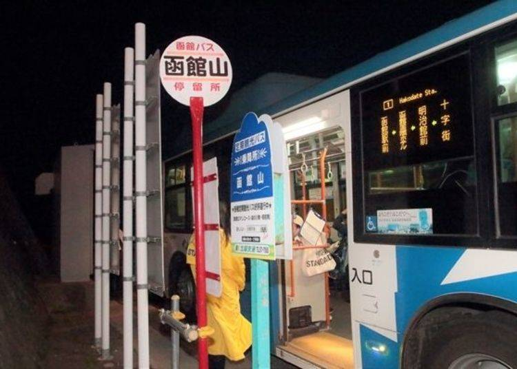 ▲位於函館山山頂的路線巴士公車站。晚上班次較多。