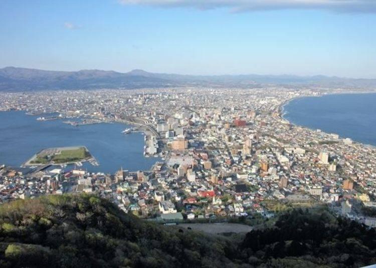 ▲在山頂廣場像是順著建築物環繞一圈的話,可以俯視遠望到函館市街景唷!