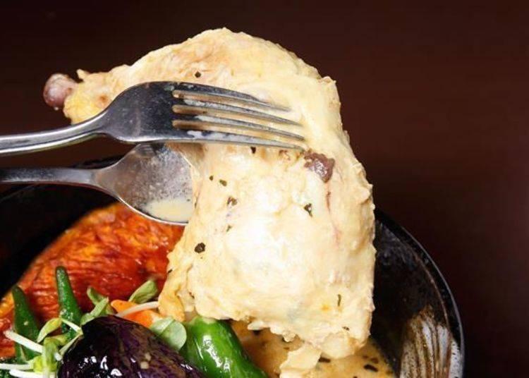 ▲「雞肉蔬菜咖哩(チキン野菜カリー)」中居然有一整隻的帶骨雞腿肉!