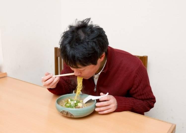 ▲彈滑的麵條與濃郁的湯頭。因為太過美味所以一發不語的一口氣吃完了!