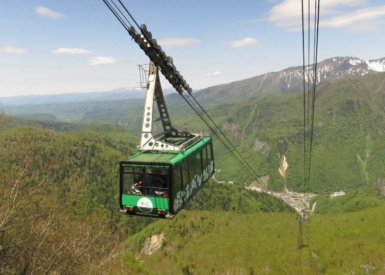 【春】黑岳的春季是6月。可以看到殘雪和綠葉交織的景色