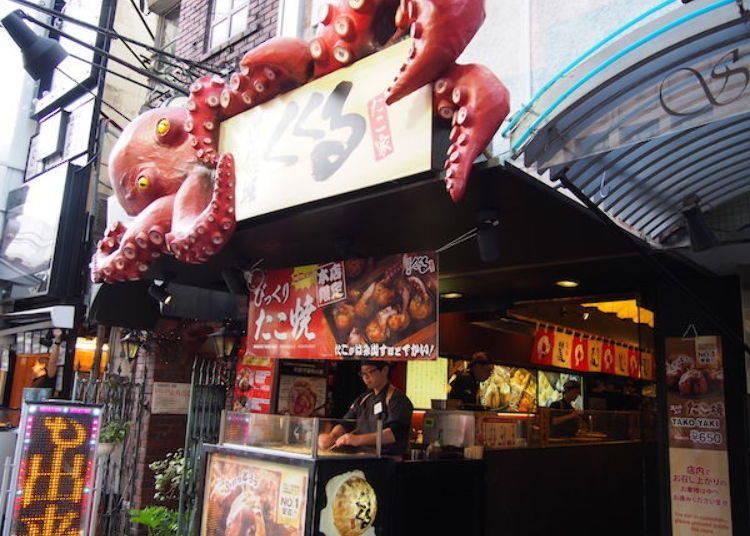 ▲章魚燒店「KUKURU」的巨大章魚招牌,從店家正門口露出來。