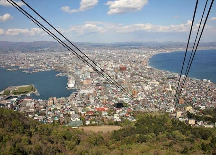 ▲能夠俯瞰看函館市市區的街景!就快要抵達山頂上的展望台囉!