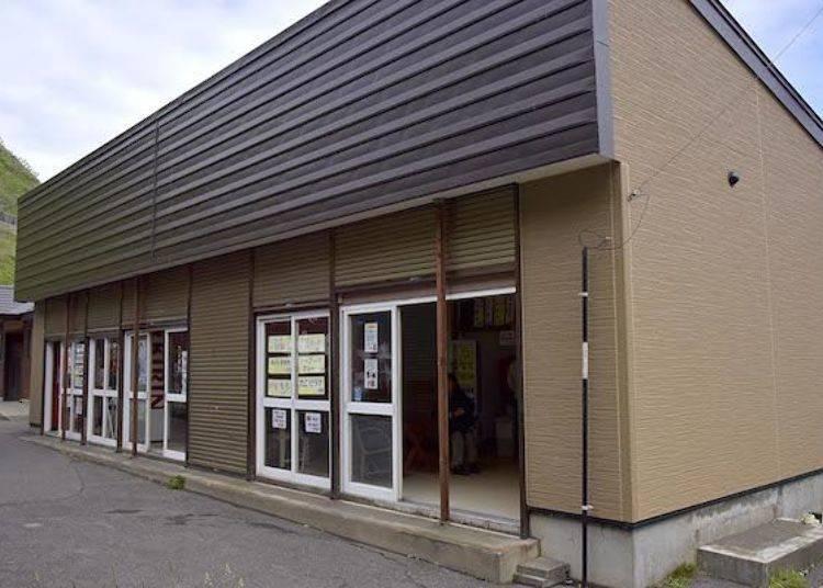 首先,先去從停車場數來有3間商店的建築物內。