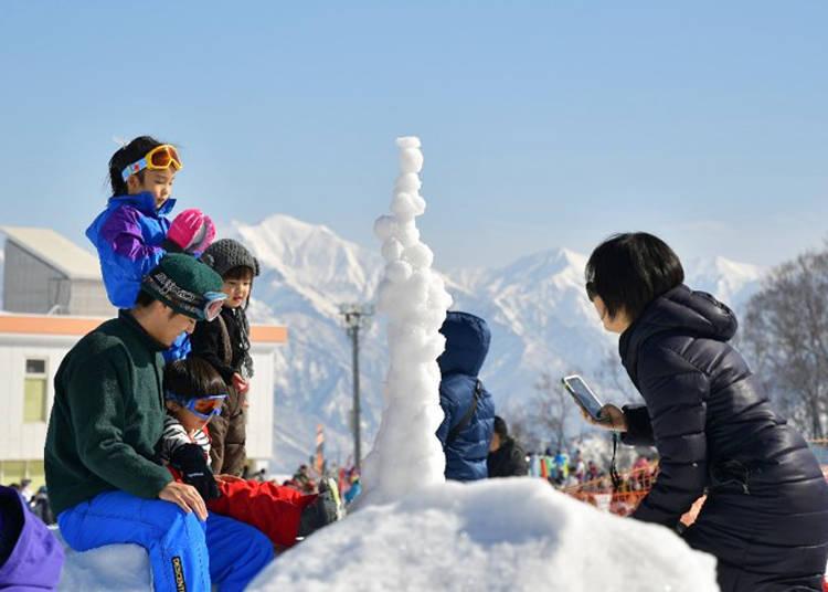 雪上遊樂區有用網子圍起來,小孩子也能放心安全地在這玩雪