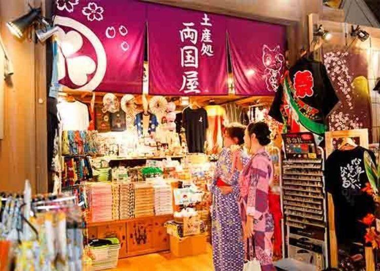 ▲日本雜貨應有盡有的土產店「兩國屋(両国屋)」。來東京旅遊最適合買回去的伴手禮也應有盡有。