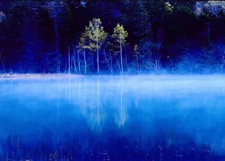 ▲黎明時分的寂靜湖面倒映湖畔情景的模樣如仙境般夢幻/照片提供:Ashoro Tourism Association