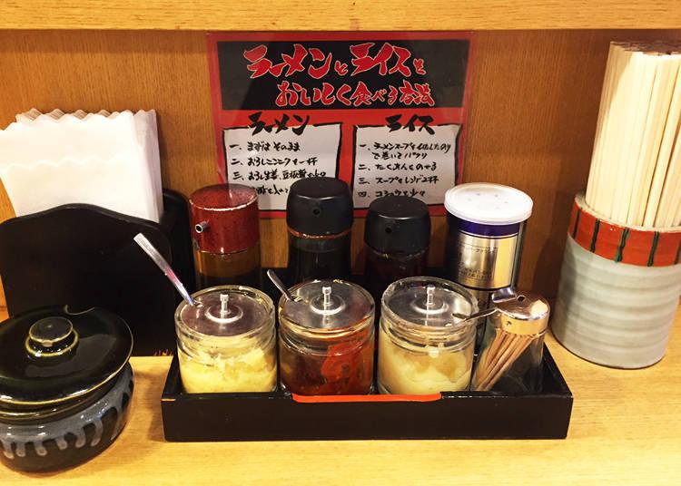 後方:調製煎餃沾醬的醬油・醋・辣油與胡椒/前方:生薑泥、味噌、蒜泥 左手方裝在壺內的是醃漬物