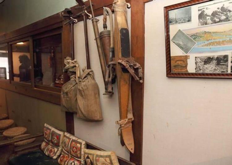 走廊上的角落也展示著木製滑雪板等昔日民生用具。