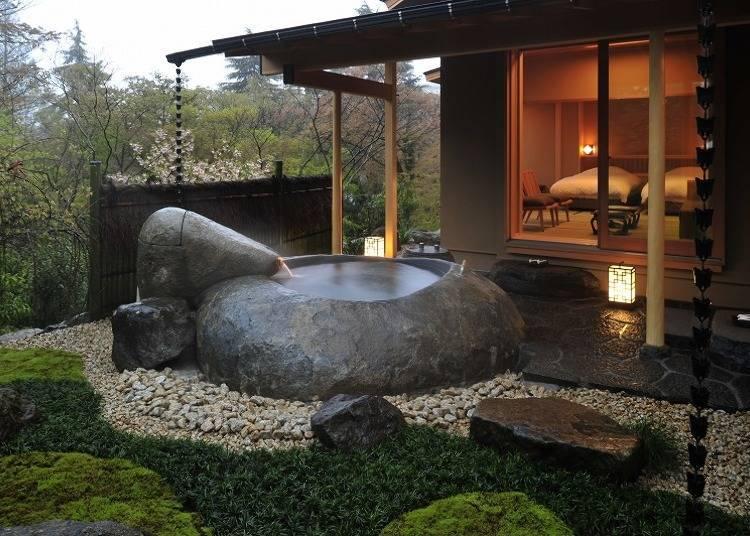 「獨棟貴賓室『花香』」中,將巨大天然岩挖空後所打造的露天浴池最是吸睛