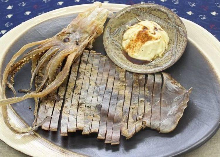 ▲海味首選乾魷魚,沾點加了七味粉的美乃滋,美妙好滋味(圖片提供:八食中心)
