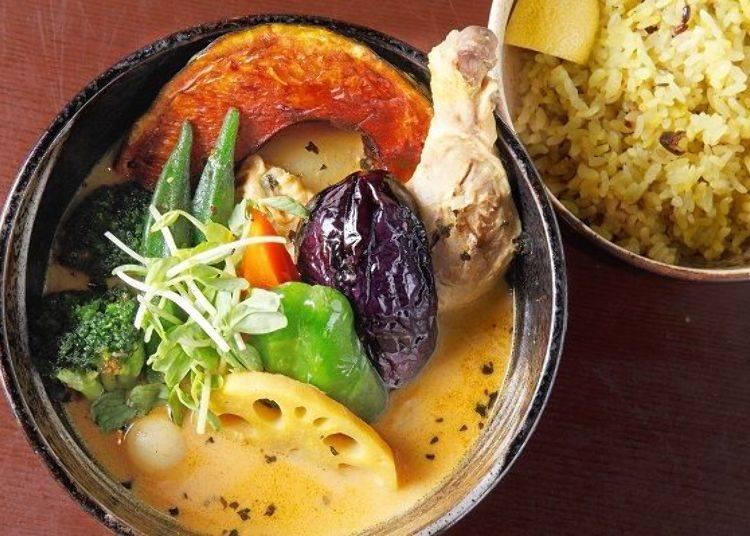 ▲人氣第一的菜單「雞肉蔬菜咖哩(チキン野菜カリー)」(1200日圓),湯和飯都是黃色的!