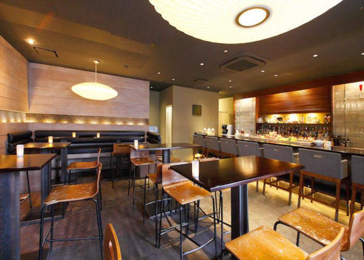 店內擺設的桌椅是採用高腳椅和高腳桌,充滿了現代日式的氣氛。