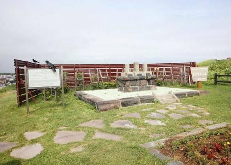 左手邊有會津藩士碑。江戶時代後期,會津藩士為了戒備北方而被派遣而來,這便是紀念當時由來的石碑。