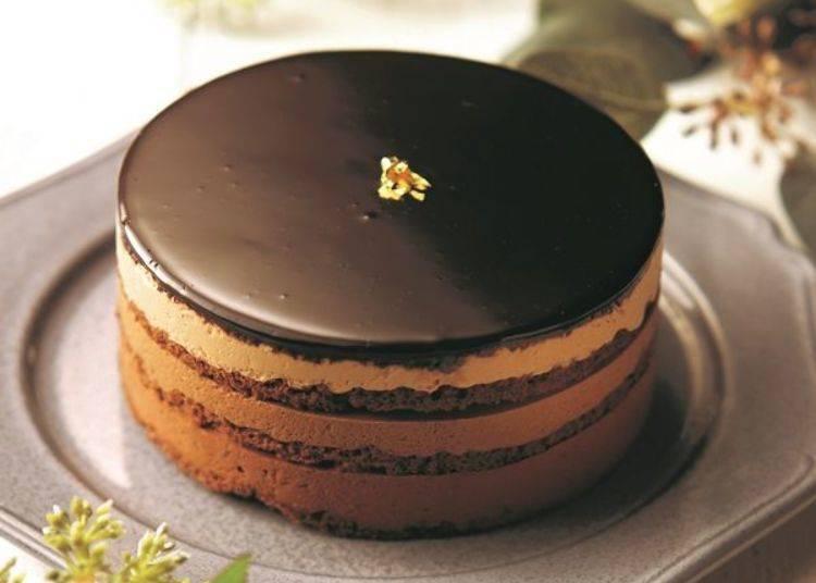 在黑巧克力慕斯上,疊加上2種不同濃度的牛奶巧克力慕斯所完成的多層次醇厚口感「Adèle」蛋糕。可以品嘗到香醇的可可香味喔。