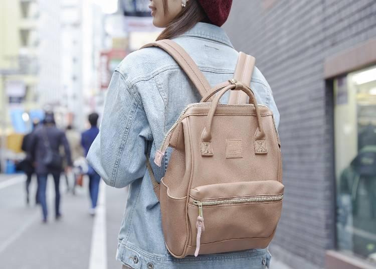 ▲合成皮 口金迷你後背包 4,500日圓(未税)、牛仔夾克(工作人員個人物品)