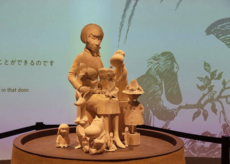 ▲位於展示體驗設施「KOKEMUS(コケムス)」一樓的朵貝·楊笙與嚕嚕米登場角色的雕刻。