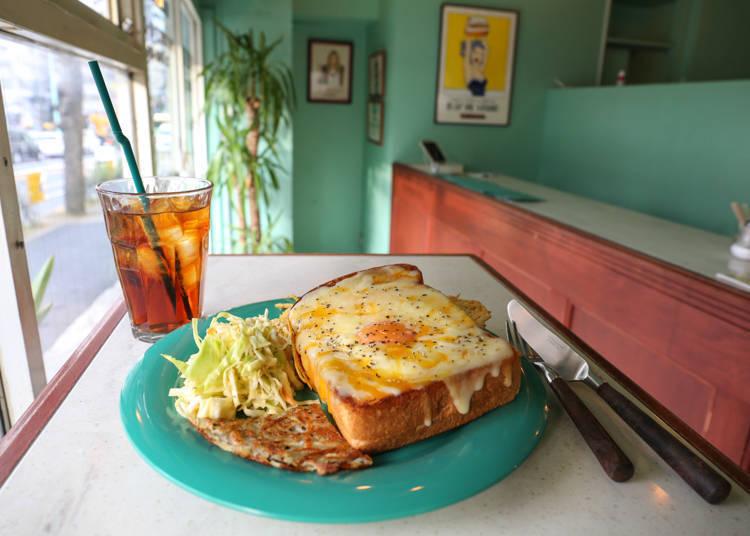 超人氣早餐之一的「Toad in the hole(トッドインザホール)」搭配的薯餅和涼拌高麗菜也很好吃喔!