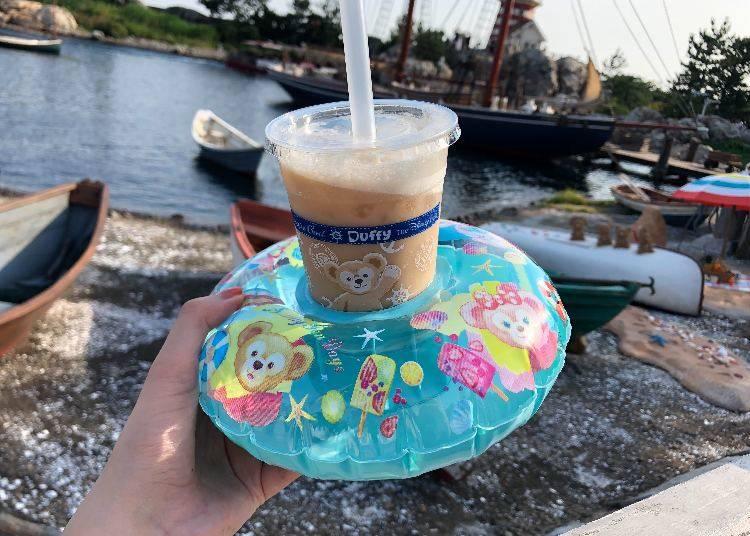 飲料附迷你泳圈杯座(浮き輪をイメージしたスーベニア付きドリンク)1000日圓 ※LIVE JAPAN取材