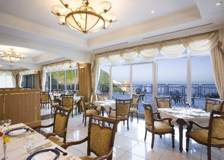 在餐廳「Blau Kuste」一邊眺望海景一邊享用早餐。