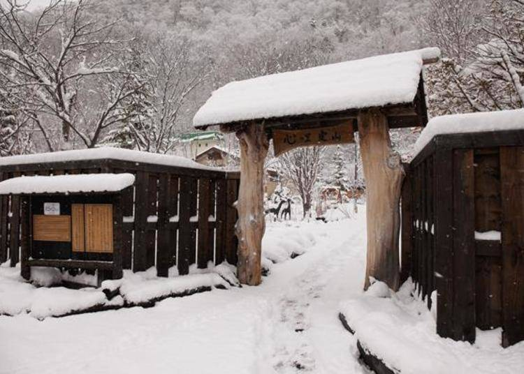 ▲從月見橋走2分鐘左右即可到達被日式庭園環繞的「心的里 定山(心の里 定山)」。