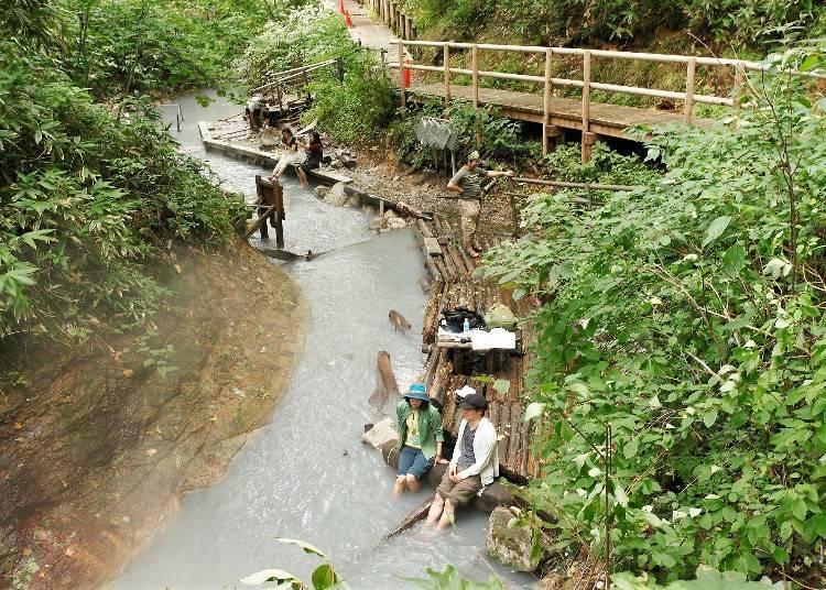 涓涓流水的溫泉河川就是足湯景點!