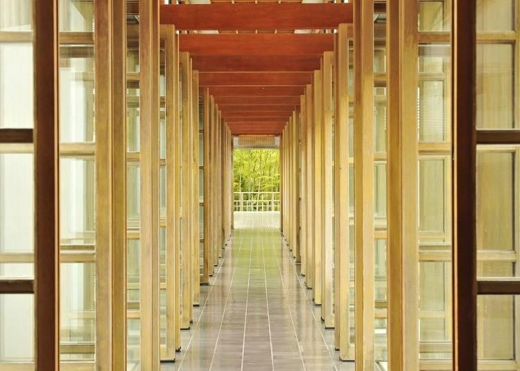 這段連結本館與獨棟的長廊,是個能用五感感受到景色,與日本建築之美的迷人景點