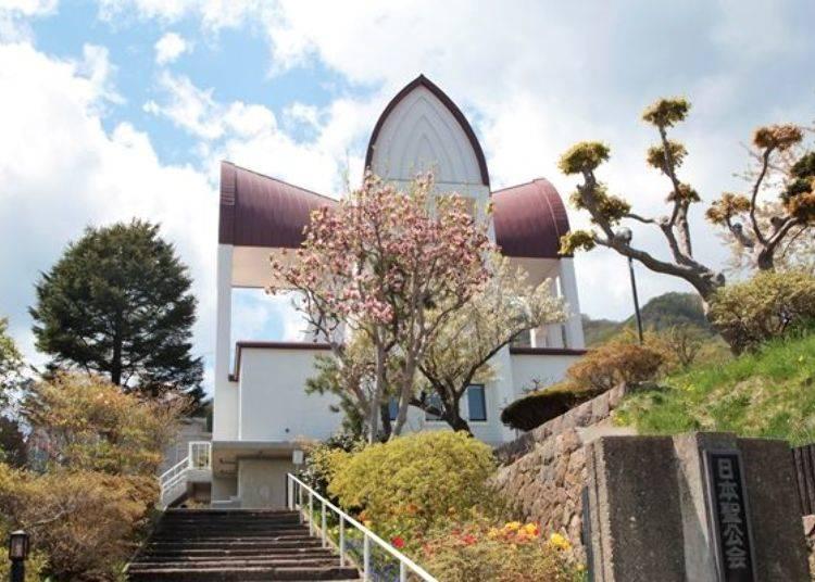 ▲雖然十字形的屋頂圖案被樹木遮到了,但往上欣賞的聖堂景色也很美麗!