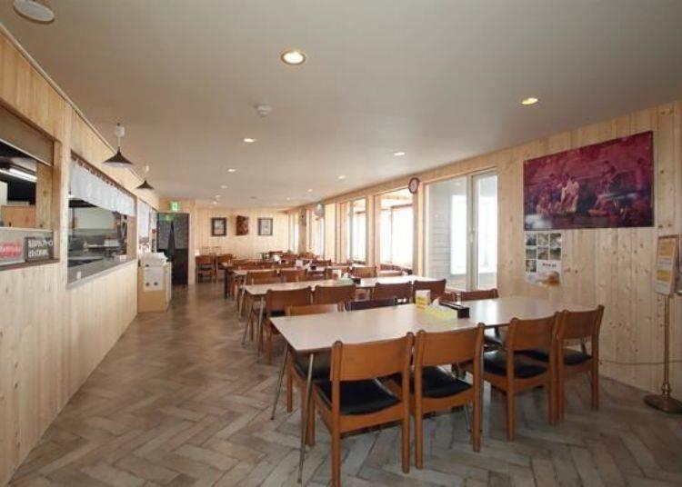 ONSEN食堂內的用餐座位。