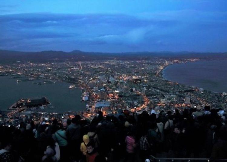 ▲日落開始約15分鐘後、18:55左右時的景色。當街道上燈火漸漸點亮的同時,展望台也開始擠進了絡繹不絕的遊客。