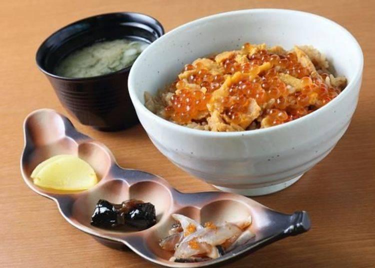 這是「海膽丼飯(3樣配菜、味噌湯)」。3樣配菜每天都不一樣,當天搭配的是醃白蘿蔔、昆布卷、煙燻鯡魚涼拌飛魚卵。