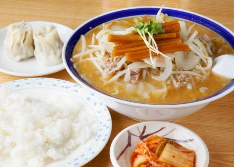 ▲拉麵加100日圓(含稅)即可加飯成套餐(附泡菜)。人氣料理為手工燒賣,一個60日圓(含稅)。