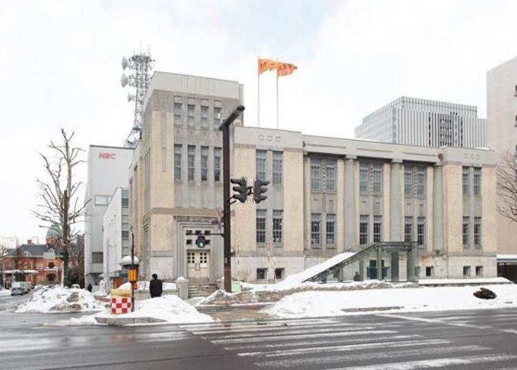 ▲北菓樓札幌本館潔白復古的外觀相當吸睛,而左後方紅色的建築物就是北海道舊本廳舍。